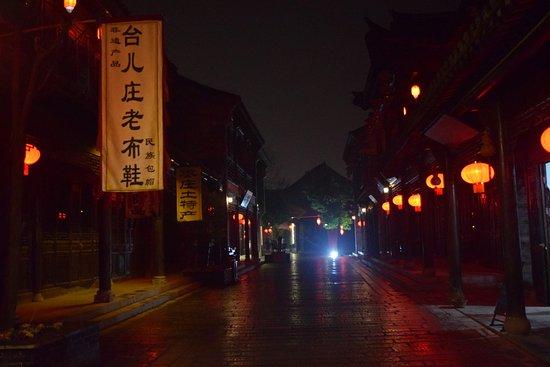 Zaozhuang, China: Ночью практический все туристы спят и можно вдоволь налюбоваться старинными улочками без толп зе