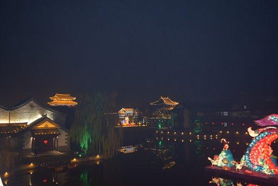 Zaozhuang, China: Панорама ночного города.