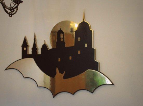 Hotel Bat: симпатичный логотип отеля. На лестничной площадке между этажами