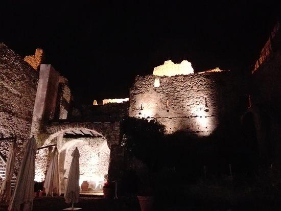 Castello di Arechi: cortile interno