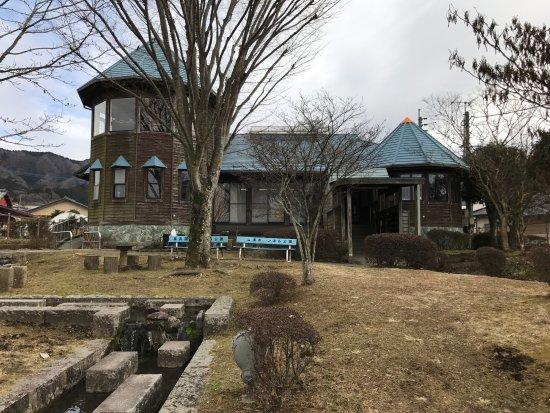 Takamori-machi, Japan: トンネル上の記念館全景