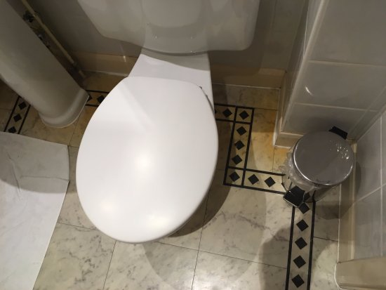 Alderley Edge Hotel: Yellow staining around the toilet on the cusion flooring