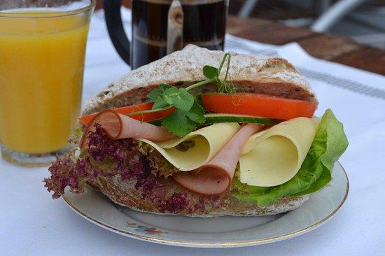 Bageri Kardemumma i Enebyberg: Stor Frukost, Kaffe Juice och mini baguett med ost skinka.
