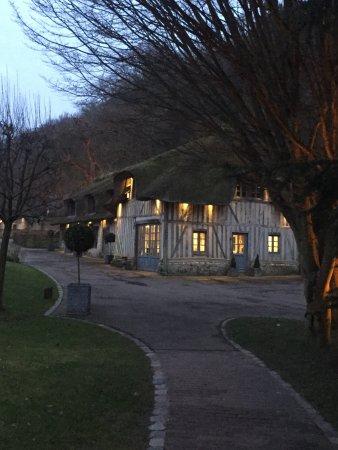 La Ferme Saint Simeon - Relais et Chateaux: Chambre romantique à souhait, très spacieuse. La ferme st Siméon au coucher de soleil affirme so