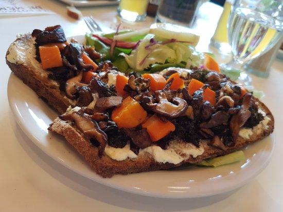 Le Potager de Mémé Restaurant : Tartine végétarienne au fromage de chèvre et poêlée de légumes du marché (carottes et shiitakés)