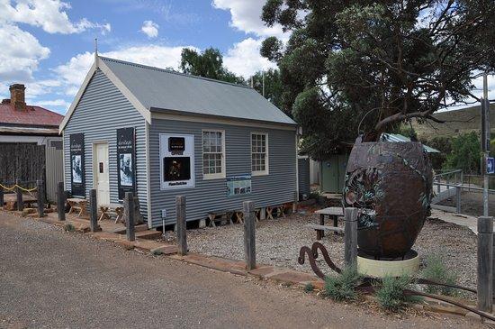 Blinman, Australia: Mine Tour office with ornamental mining bucket opposite.