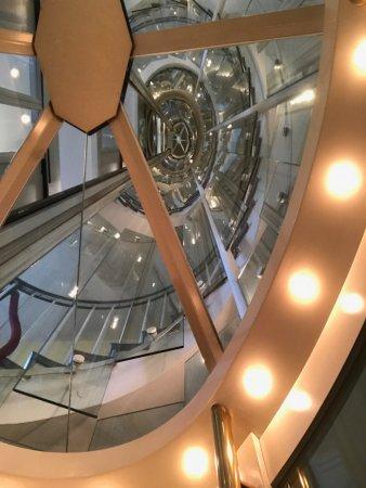 Goethe Museum Dusseldorf : Het trappenhuis, vanuit de glazen lift. Het gebouw zelf is ook de moeite waard.