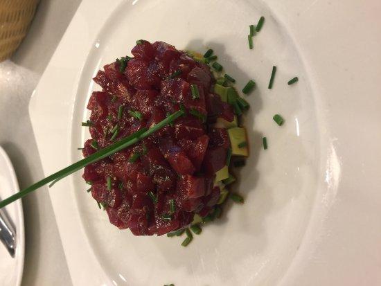 แอลโบโลต, สเปน: Tartar de atún con aguacate.