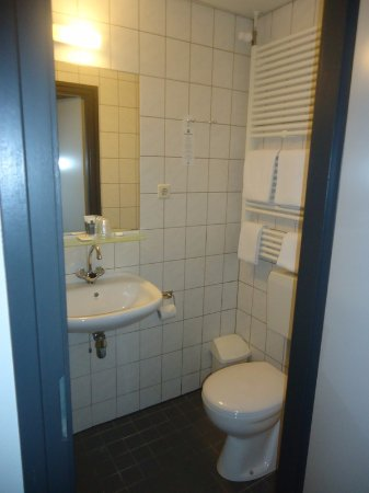 Putten, Países Baixos: Wat verouderde, maar nette badkamer