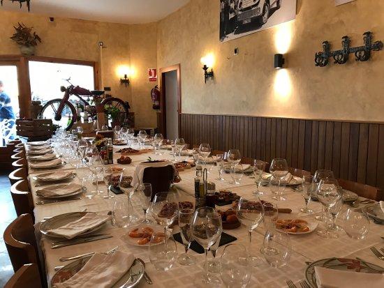 Font-Rubi, Spain: Diferentes mesas servidas en espera de la llegada de grupos