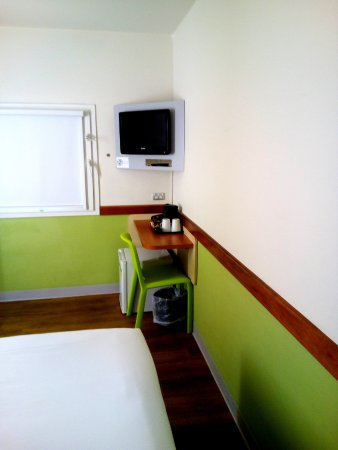 Ibis Budget Melbourne Airport: Room with view of coffee bar & TV.