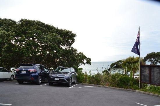 Whangaparaoa, Selandia Baru: 駐車場からビーチ方向の眺め