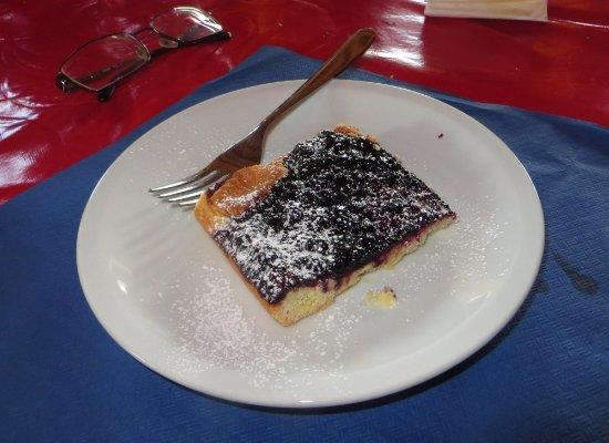 Nus, Italy: Dolce, crostata con marmellata di mirtilli.