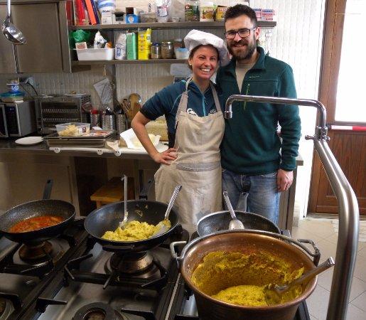 Nus, Italy: La cucina con i gestori Manuela e Lorenzo.