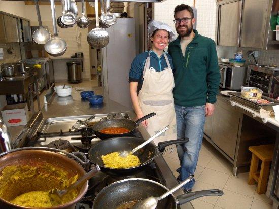 Nus, Italia: La cucina con in primo piano il paiolo della polenta ed i vari tegami.