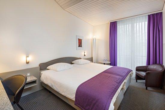 Kloten, Schweiz: Zweibettzimmer mit zwei bequemen Boxspringbetten 90x200 cm