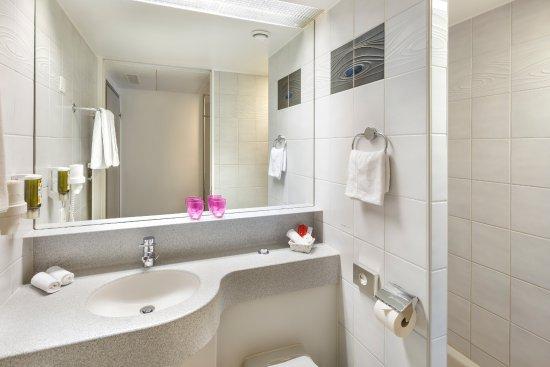 Kloten, Schweiz: Badezimmer mit Dusche