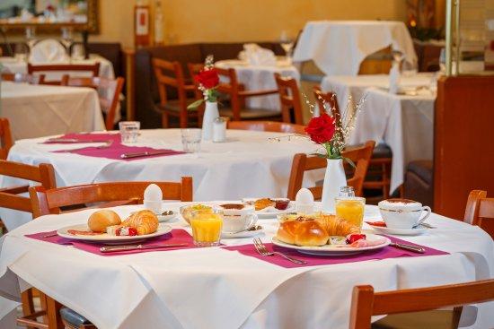 Kloten, Schweiz: Gemütlich frühstücken im Hotel Fly away