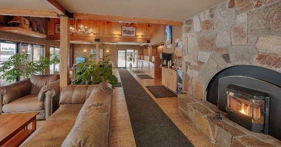 Brandin' Iron Inn: Lobby area. Enjoy our fireplace and hot beverage station open 24 hours a day.