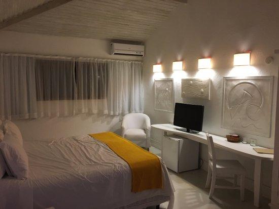Perola Buzios Hotel: Parte do quarto (vista da bancada/televisão)
