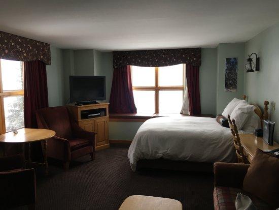 Carrabassett Valley, ME: Queen Room with Kitchenette