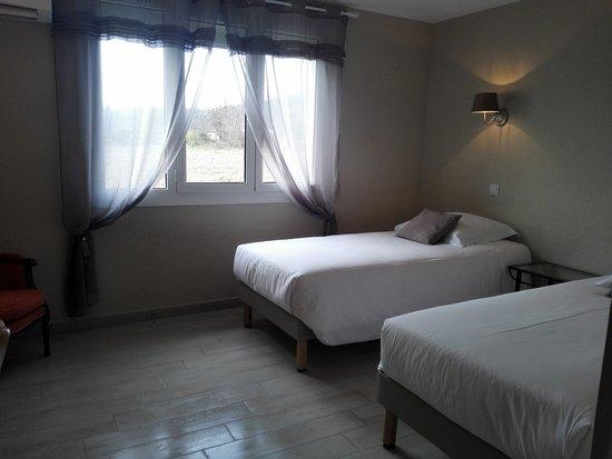 chambre twin (2 lits) rénovée - picture of hotel le mas des