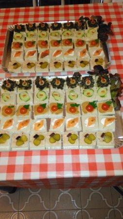 Pithiviers, Francja: toaste au tartare d'algue bio, tarama bio, patté de tomate bio, rillettes de saumon et saumon bi