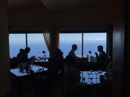 Guarazoca, Spain: Solomillo de Res a la Brasa, ensalada de la casa, vino de la tierra y unas buenas vistas.. que m