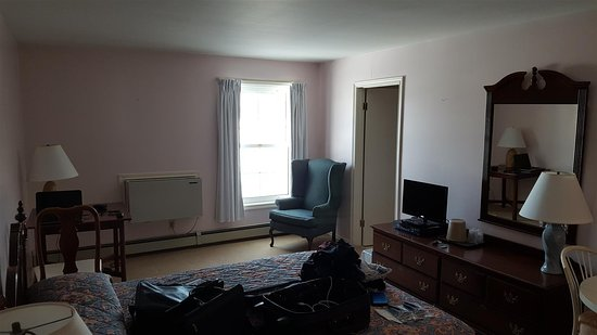 Souris, Canada : Wide angle of room