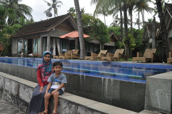 Bayshore Villas Candi Dasa: pool & beach
