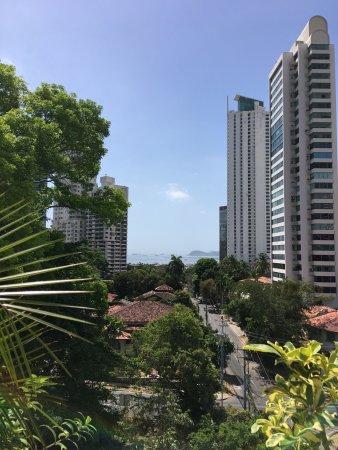 Marriott Executive Apartments Panama City, Finisterre: Vue depuis la piscine et depuis la chambre (4eme étage).