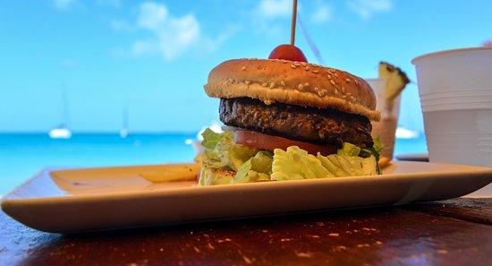 Calmos Cafe: Great hamburger on the beach