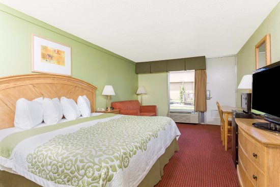 Days Inn Washington: King Room with pull out sofa couch, Flat screen TV, Refrigerator,Microwave