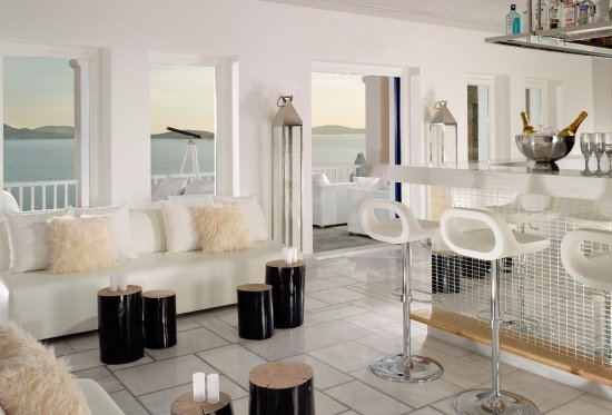 Mykonos Grand Hotel & Resort: White lounge bar