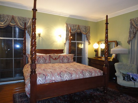 Sarah Kendall House: King size 4 poster bed
