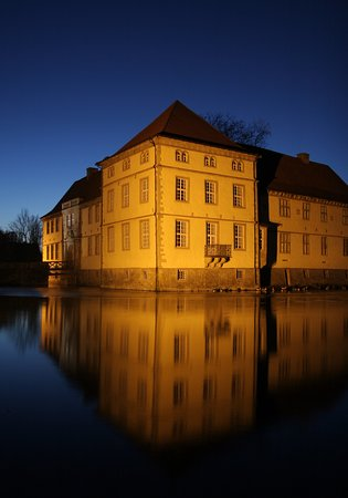 Herne, Tyskland: Schloss Strünkede am Abend.