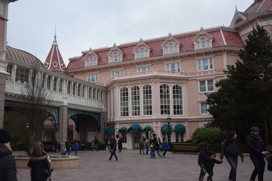 H tel disney picture of disneyland hotel chessy for Entree hotel