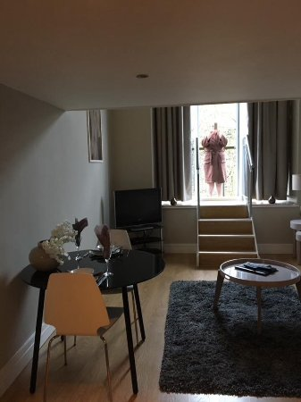 Huddersfield, UK: Lounge and stairs to balcony