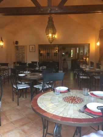 Acquigny, Francia: Salle de restaurant,petit salon pour un dîner comme en Algérie et superbe terrasse avec jardin