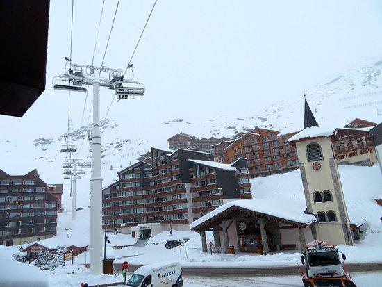 Hotel Le Val Thorens: Vue depuis le balcon de notre chambre, côté village