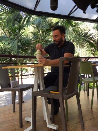 Uno de mis vecinos de mesa disfrutando un Cono Brioche