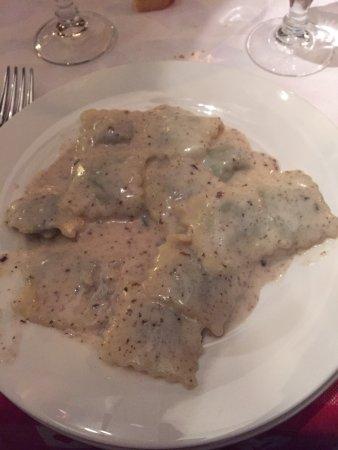 Leivi, Italy: Ravioli con crema di formaggio e tartufo