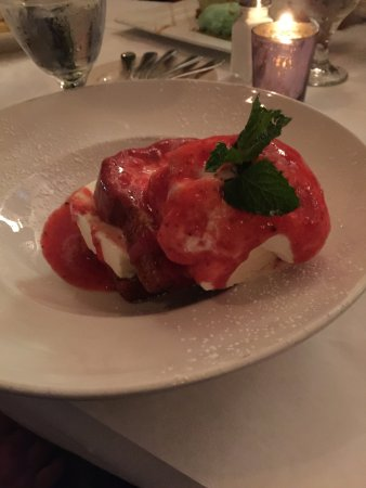 Acworth, Τζόρτζια: Pound cake with vanilla ice cream and strawberry topping