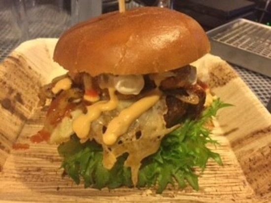 Porsgrunn, Norvège : Complete burger NICE
