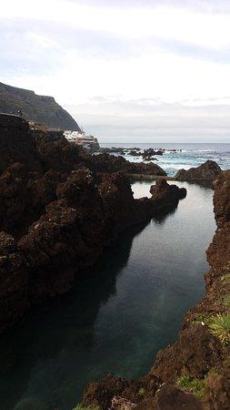 Porto Moniz Natural Swimming Pools: Im Hintergrund der von Wellen gekrönte Atlantische Ozean