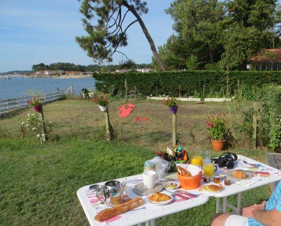 Gironde, France: Breakfast / Petit-déjeuner
