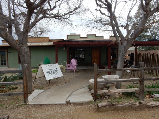 Wickenburg, AZ: We were told this location used to be a garden center. Sit outside on a nice day!