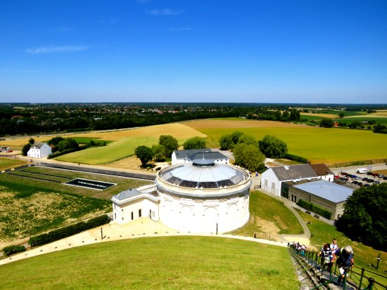 Waterloo, Belgique : View from the hill overviewing the battle fields and the old panorama building.