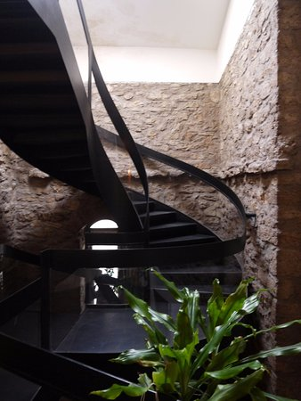 Dei Priori: How did they fit this staircase in?