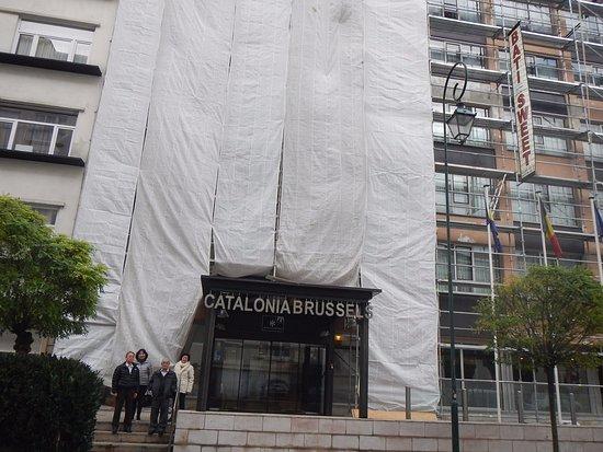 Hotel Catalonia Brussels: Frente do hotel estava em reforma.